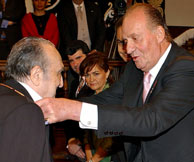 Rafael Sánchez Ferslosio recibiendo el galardón. (Foto: Reuters)