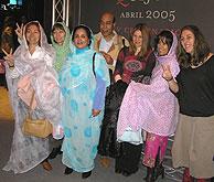 Una representación de la Plataforma de Mujeres artistas junto a Mohamed Ali y la saharui Jadiyetu Mohtar. (Foto: B.M.H.)