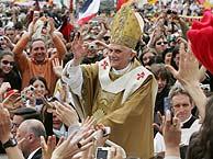 El Papa es conducido a través de la masa de fieles en la Plaza de San Pedro. (Foto: EFE)