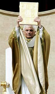 El Papa alza el evangelio durante la misa de entronización. (Foto: EFE)