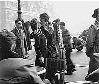 La famosa instantánea tomada por Robert Doisneau en 1950.