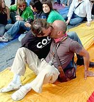 Una pareja homosexual celebra la aprobación de la ley. (Foto: EFE)
