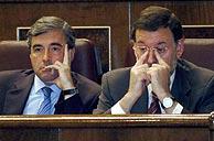 Acebes y Rajoy, en un momento de la sesión. (Foto: EFE)