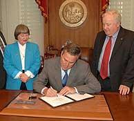 El gobernador Bush firma la controvertida ley. (Foto: EFE)