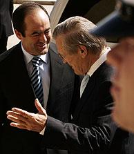 Rumsfeld recibe a Bono en el Pentágono. (Foto: AP)