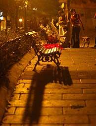 Varios vecinos rinden homenaje a Manu en el lugar donde fue asesinado. (Foto: Kike Para)