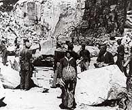 Españoles presos trabajando en una cantera del campo de Mauthausen. (Foto: EFE)