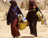 Mujeres en busca de agua. (F: Reuters)