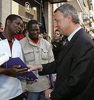 Jesús Caldera saluda a un inmigrante que espera su turno para arreglar su situación. (Foto: EFE)