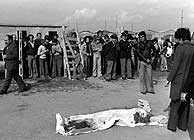 Foto fechada el 2 de noviembre de 1975 que muestra el cadáver, cubierto con una sábana, de Pasolini. (Foto: EFE)