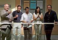 Los cinco acusados, antes del comienzo del juicio. (Foto: AP)