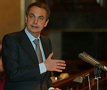 Zapatero, en la tribuna, en una sesión del Parlamento. (Foto: Javi Martínez)
