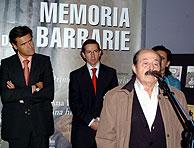 Marco, junto al ministro de cultura, en la inauguración de la exposición 'Memoria de una barbarie'. (Foto: EFE)