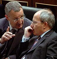 Caldera y Montilla mantienen su propio debate desde sus asientos. (Foto: EFE)