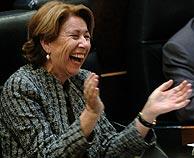 Magdalena Álvarez aplaude durante la sesión de tarde. (Foto: EFE)