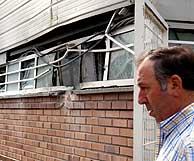Un trabajador de la empresa afectada en Elgoibar observa los desperfectos. (Foto: EFE)