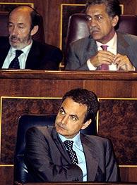 Zapatero (abajo) en el Congreso, con Rubalcaba (izda.) y López Garrido. (Foto: EFE)