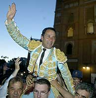 César Rincón, a hombros en Las Ventas. (Foto: EL MUNDO)