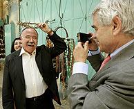 Carod-Rovira bromea con una corona de espinas ante Maragall, al salir del Santo Sepulcro. (Foto: AP)