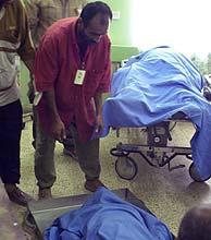 Imagen de unos cuerpos sin vida en un hospital tras un atentado. (Foto: AP)
