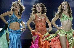 El trío español, durante su actuación en el concurso. (Foto: EFE)
