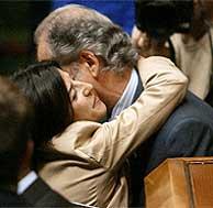 Atutxa (i.) felicita a su sucesora en el cargo, Izaskun Bilbao. (Foto: AFP)