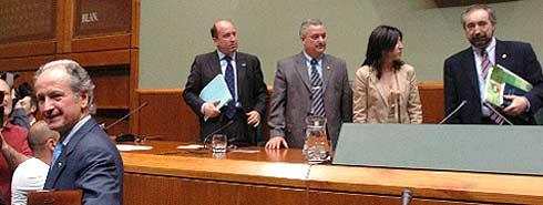 Atutxa (en primer plano), sale del salón de plenos mientras (de izq. a dcha.) Carmelo Barrio, Miguel Buen, Izaskun Bilbao y Rafael Larreina toman asiento en la Mesa. (Foto: EFE)