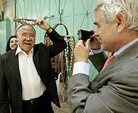 La polémica imagen: Maragall hace una foto a Carod mientras éste se coloca una corona de espinas. (Foto: AP)