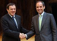 Francisco Camps y Joan Ignasi Pla, tras anunciar el acuerdo. (Foto: EFE)