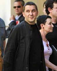 Arnaldo Otegi, a su llegada a la Audiencia Nacional junto a su abogada, Jone Goirizelaia. (Foto: REUTERS)
