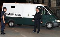 Un furgón de la Guardia Civil traslada a Otegi a la cárcel. (Foto: Reuters)