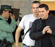 Otegi (dcha), a su salida de prisión, acompañado por Joseba Permach. (Foto: REUTERS)