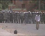 Las fuerzas del orden marroquíes reprimen una manifestación de saharauis en El Aaiún. (Foto: elmundo.es)