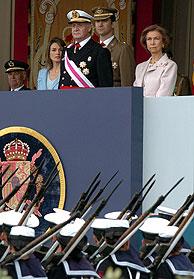 Los Reyes y los Príncipes observan el desfile. (Foto: EFE)