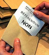 Un funcionario abre un sobre con el 'no' en un colegio electoral en el norte de Francia. (Foto: REUTERS)