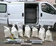 Vehículo y carga explosiva incautada en Cañaveras en marzo de 2004. (Foto: EFE)