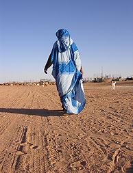 Una mujer saharaui camina por los campos de refugiados de Tinduf, en Argelia. (Foto: M. J. Llerena)