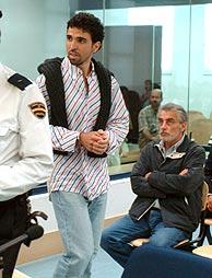 Jamal Zougam, al abandonar la sala. Detrás, Taysir Alony. (Foto: EFE).