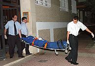 Miembros de los servicios funerarios retiran el cadáver. (Foto: EFE)