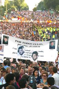 Pancartas de las víctimas en la manifestación (Foto: Carlos Barajas)