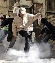 La policía empleó gases lacrimógenos para disolver las concentraciones. (Foto: Reuters)