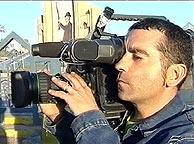 José Couso, con su cámara al hombro. (Foto: EFE)