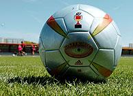 El balón que se utilizará en la final, el 'roteiro' con el emblema de la Copa del Rey. (Foto: EFE)