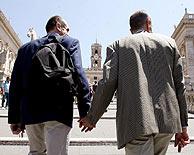 Una pareja homosexual pasea por Roma. (Foto: EFE)