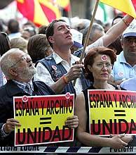 Las banderas españolas dominan en la concentración. (Foto: EFE)