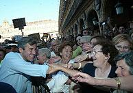Acebes fue aclamado por los manifestantes. (Foto: Javi Martínez)