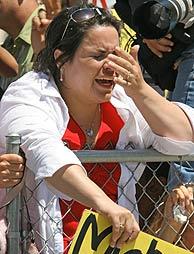 Una seguidora del cantante llora de alegría. (Foto: AP)