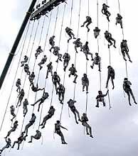 El montaje del grupo catalán cuenta con varios trapecistas. (Foto: EFE)