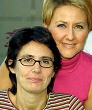 Luz Aldama (con gafas) junto a Inmaculada Galván, presentadora del programa madrileño.