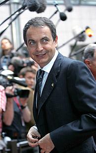 Zapatero sonríe en su llegada a la cumbre. (Foto: REUTERS)